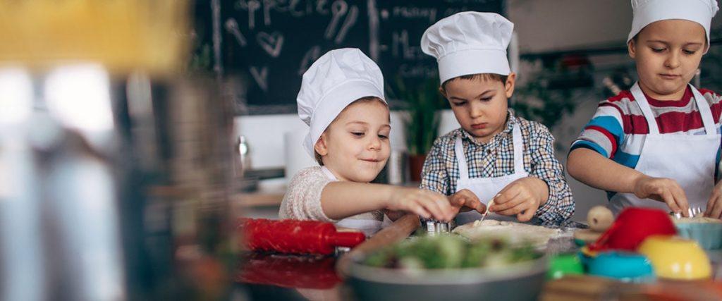 anak sedang memasak