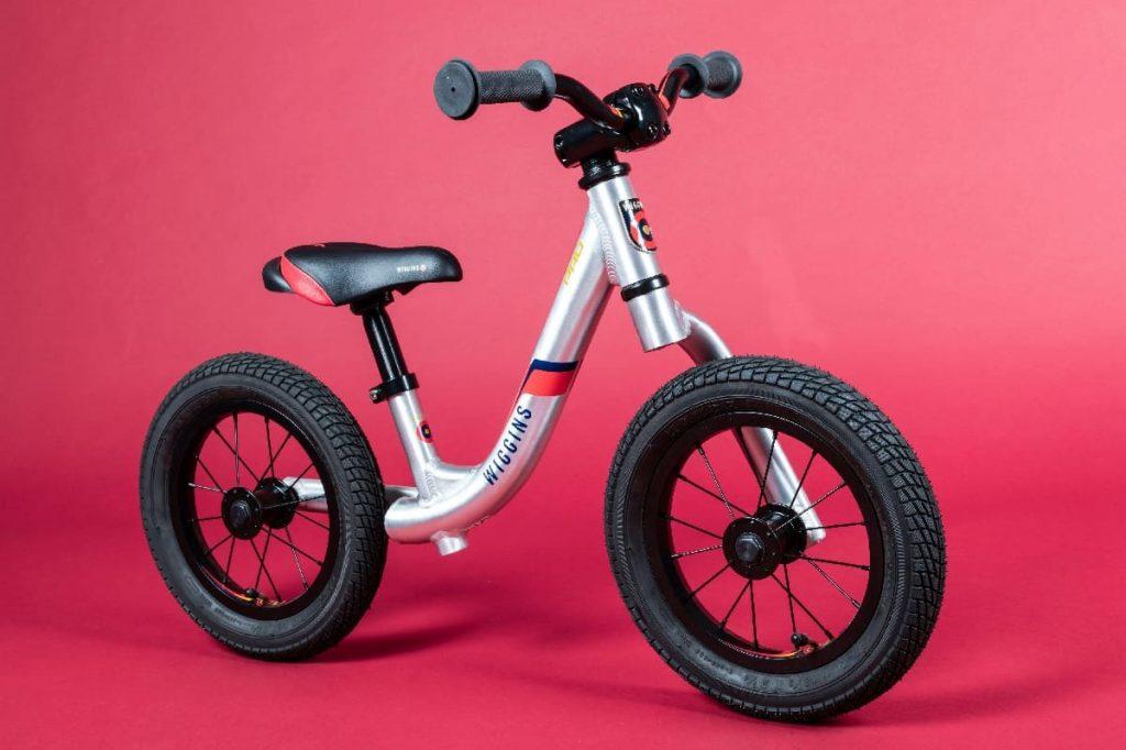 melatih keseimbangan anak dengan balance bike