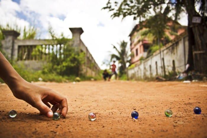 anak bermain kelereng