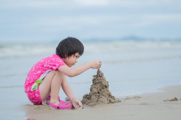 melatih motorik halus anak dengan bermain pasir