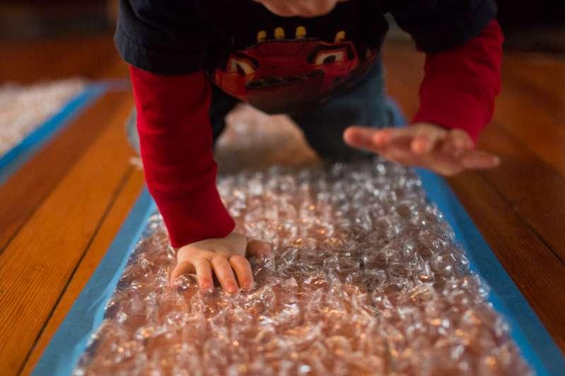 anak bermain pembungkus barang (bubble wrap)