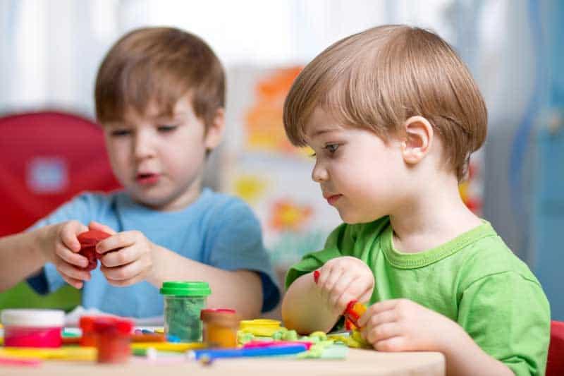 melatih motorik halus anak dengan bermain playdough