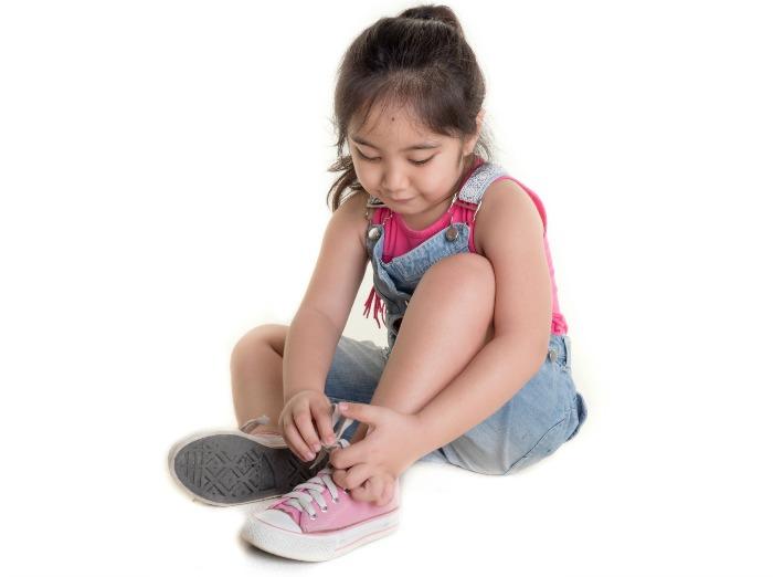 melatih motorik halus anak dengan memakai sepatu