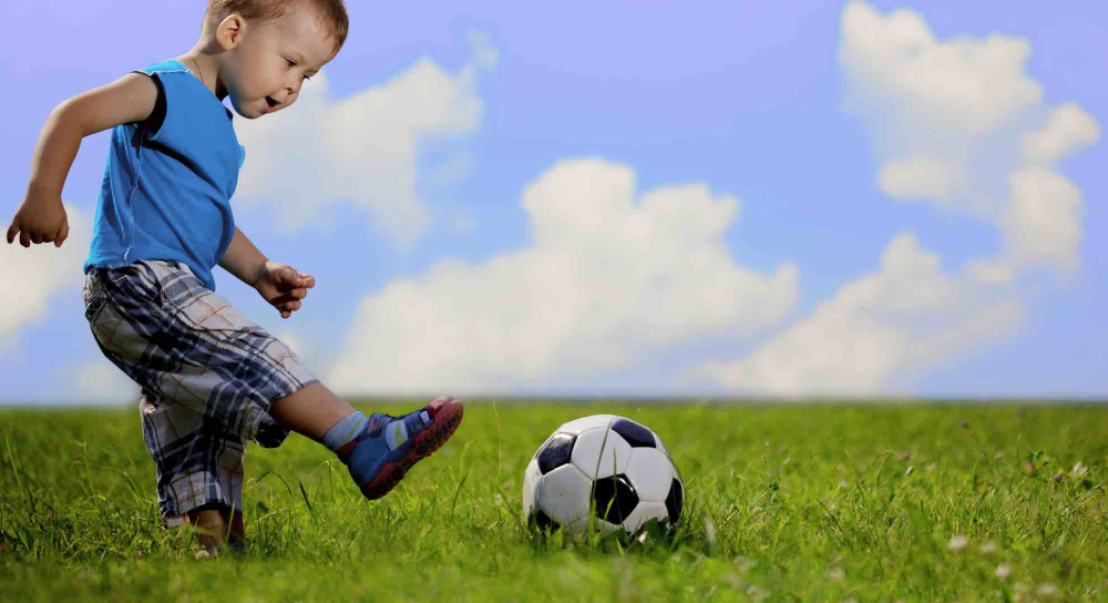 Motorik Kasar Pada Anak dengan Menendang bola