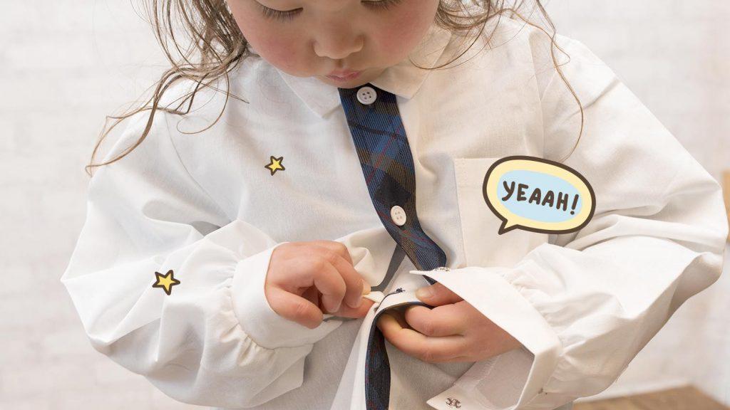 melatih motorik halus anak dengan mengancingkan baju