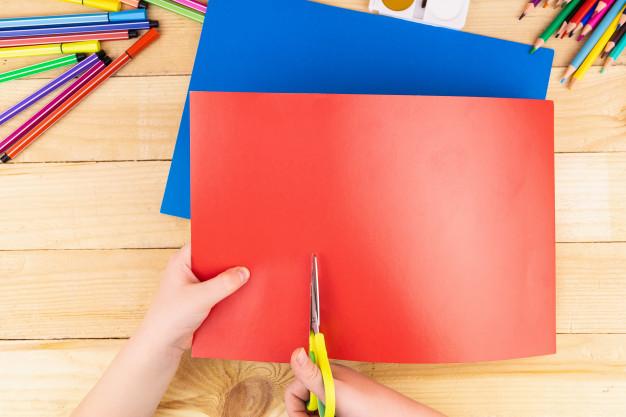 melatih motorik halus anak dengan menggunting kertas