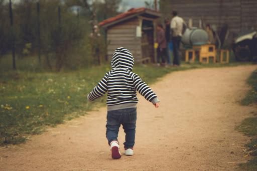 Motorik Kasar Pada Anak dengan berjalan