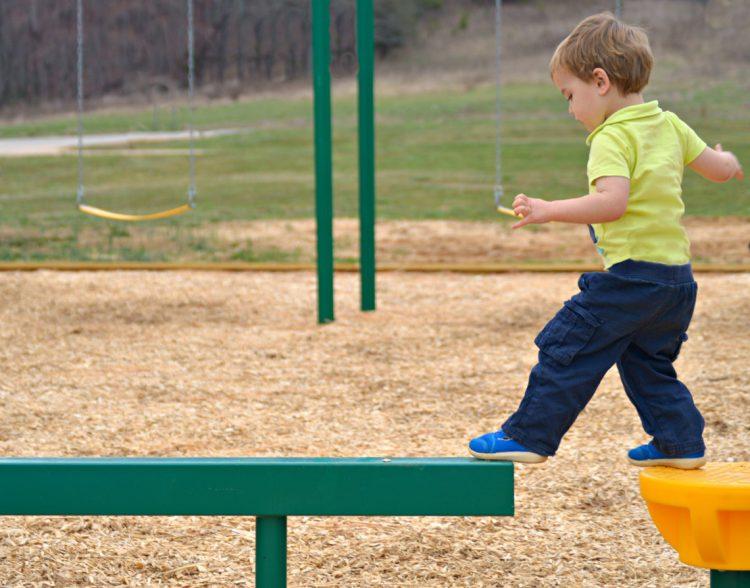 melatih keseimbangan anak