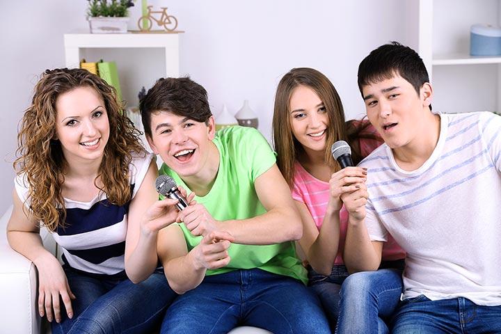 remaja karaoke di rumah