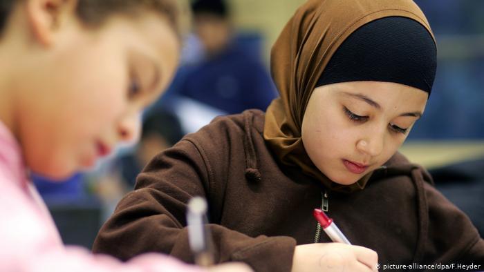 siswa muslim sedang belajar